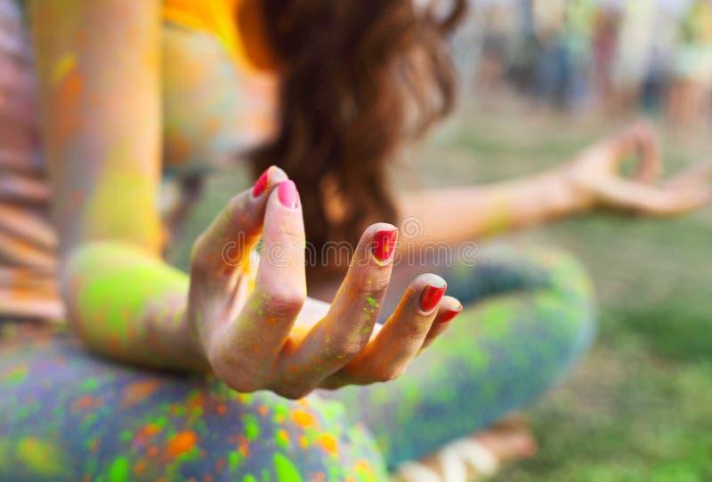 Frauentrainingsyoga und -meditation am Poolside lizenzfreie stockfotos