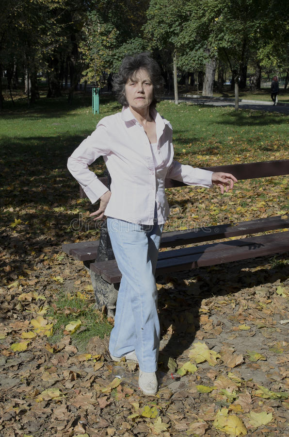 Frauentretenfuß-Haustierherbst im Park lizenzfreie stockfotografie