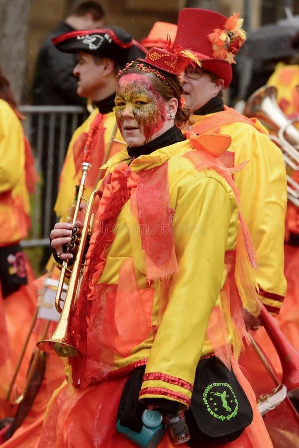 Frauentrompeter in der bunten Blaskapelle an der Karnevalsparade, St. lizenzfreie stockfotografie