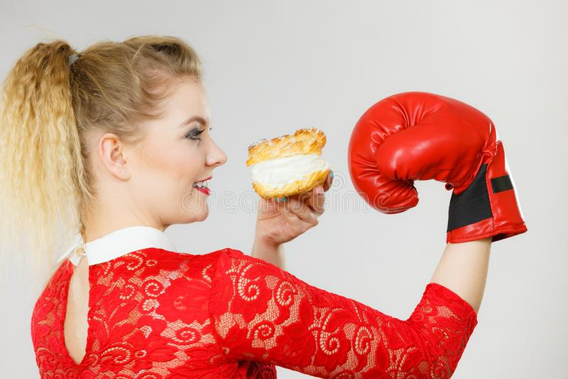 Frauenverpacken-Cremekleiner kuchen stockbilder