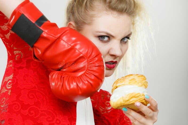 Frauenverpacken-Cremekleiner kuchen lizenzfreies stockfoto