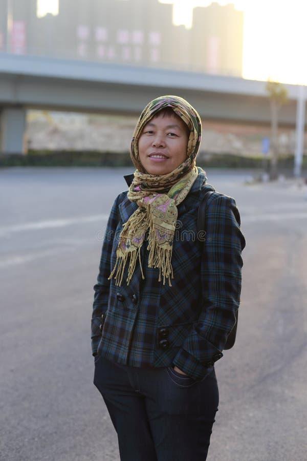 Frauenverpackungskopf mit einem Schal lizenzfreie stockbilder