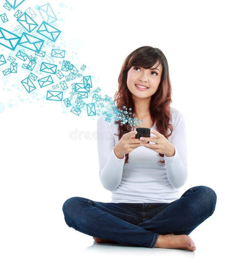Frauenversenden von sms-nachrichten lizenzfreie stockbilder