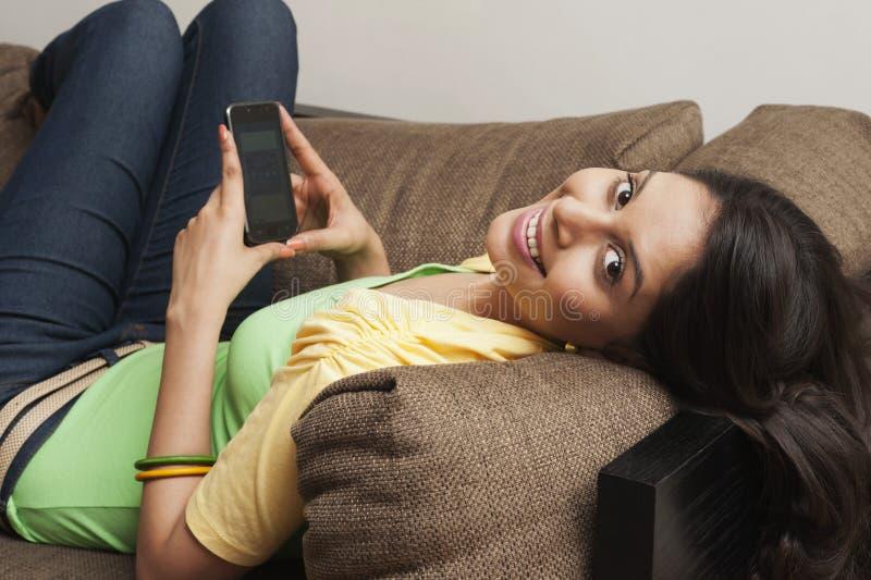 Frauenversenden von sms-nachrichten am Handy stockfotografie