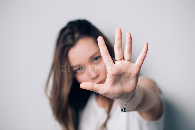 Frauenvertretungsendgeste, auf einem weißen Hintergrund lizenzfreie stockfotografie