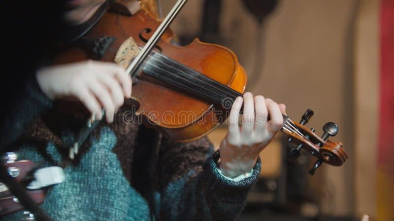 Frauenviolinist - Musiker, der die Violine im Nachtclub spielt lizenzfreies stockfoto