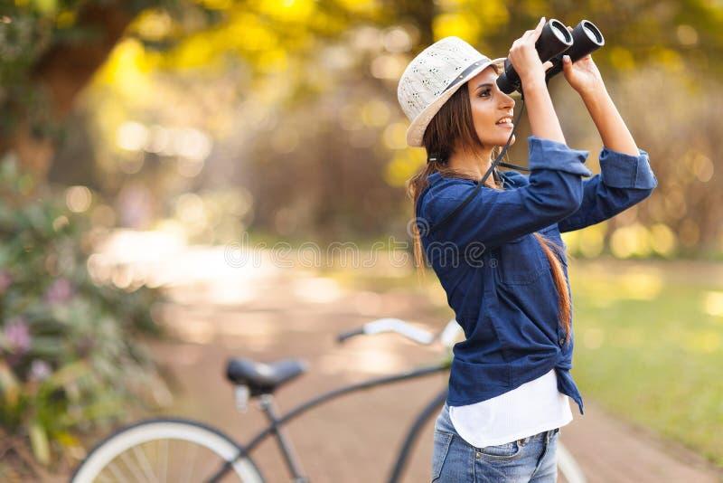 Frauenvogelbeobachtung stockbilder