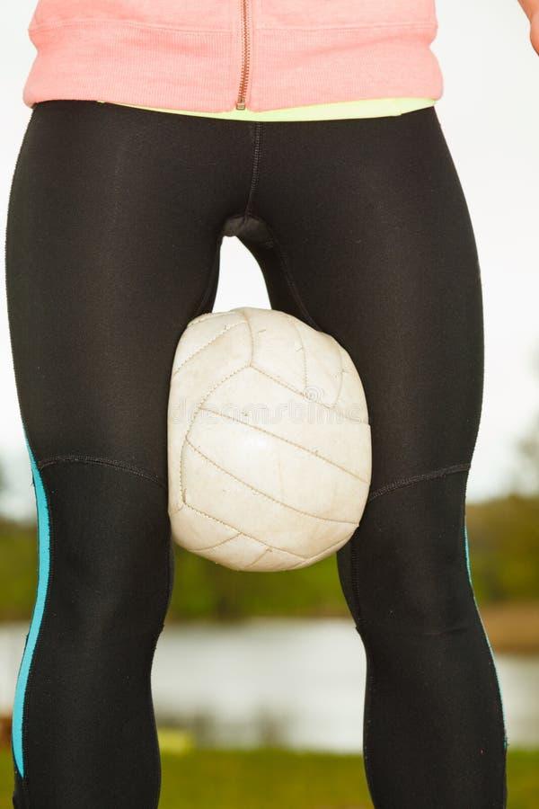 Frauenvolleyballspieler hält Ball im Freien stockfoto