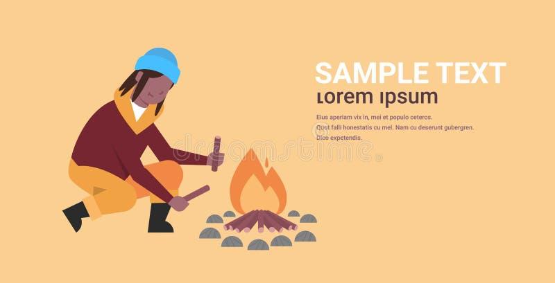 Frauenwanderer, der das Feuerafroamerikanermädchen hält Brennholz für das Feuer wandert kampierenden Konzeptreisenden auf Wanderu vektor abbildung