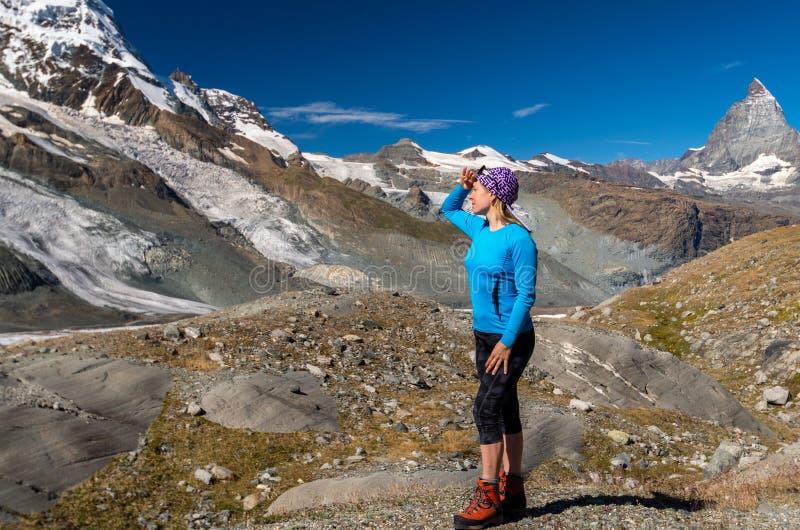 Frauenwanderer, der Gletscher betrachtet Schweizer lizenzfreie stockfotografie