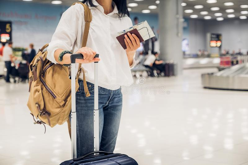 Frauenwanderer, der Pass und Karte mit Kofferstellung hält lizenzfreies stockfoto