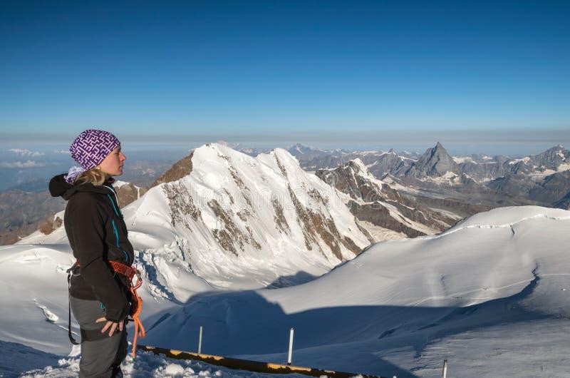 Frauenwanderer an Gnifetti-Spitze, Monte Rosa glcier lizenzfreie stockfotos