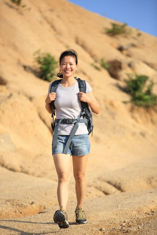 Frauenwanderer im Freien lizenzfreies stockfoto