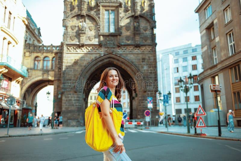Frauenwanderer vor Pulver-Turm in Prag, das Exkursion hat stockbild