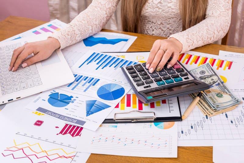 Frauenwirtschaftsanalytiker, der Berichte berechnet stockbilder
