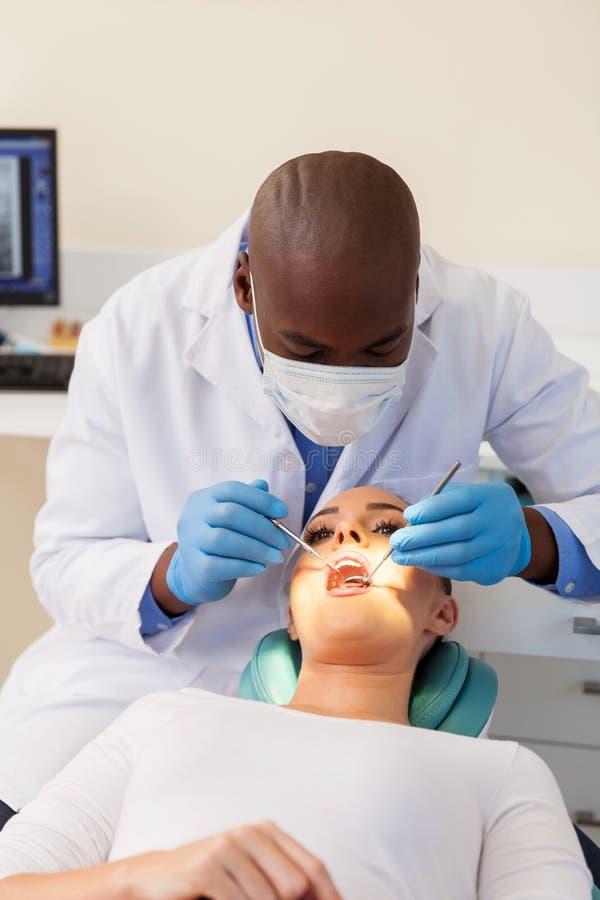 Frauenzähne überprüften Zahnarzt lizenzfreies stockfoto