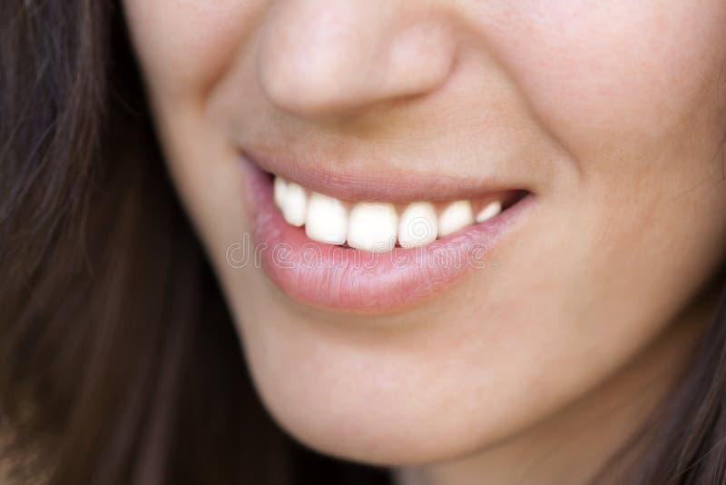 Frauenzahnlächeln lizenzfreie stockbilder