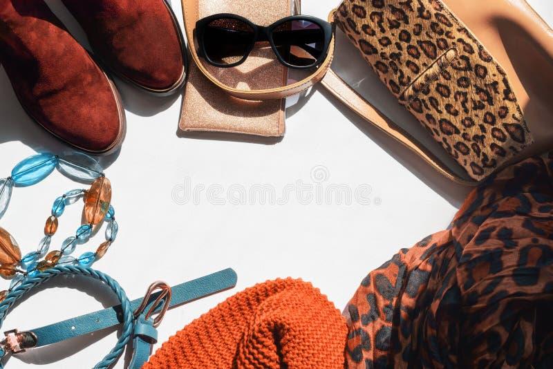 Frauenzubehör Leichtgewirkter Schal-Strickgürtel auf weißem Grund Chelsea-Stiefel Handtasche Copy Space, flach stockbild