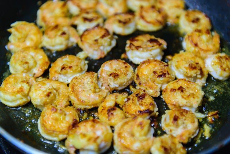 Freír camarones con aceite en una cacerola mariscos que cocinan cerca para arriba fotos de archivo libres de regalías