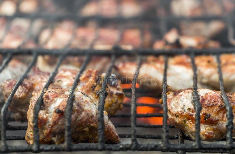 Freír la carne en los carbones fotos de archivo libres de regalías
