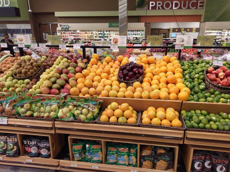 Freash frukt på skärm i en shoppa royaltyfri bild