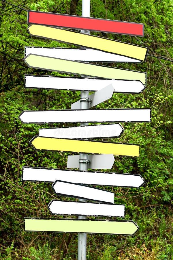 Frecce in bianco multicolori del cartello nella foresta fotografie stock