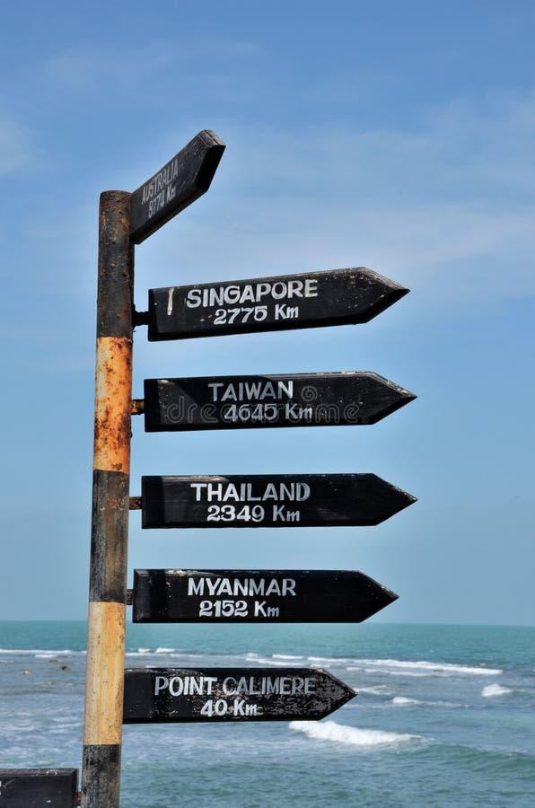 Frecce direzionali di distanza con i chilometri in Australia & Singapore alla spiaggia a Jaffna Sri Lanka fotografia stock libera da diritti