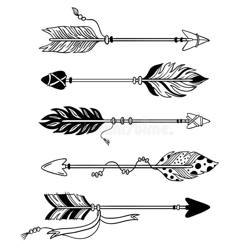 Frecce etniche Freccia disegnata a mano della piuma, piume tribali sul puntatore ed insieme di vettore isolato arco decorativo di illustrazione di stock