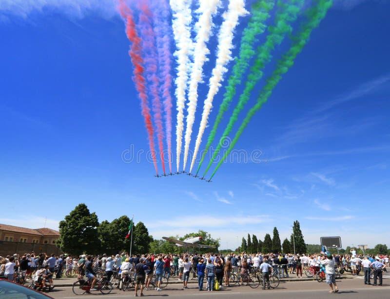 Frecce Tricolore, pattuglia acrobatica dell'aeronautica italiana, evoluzioni dell'aeronautica con le tracce tricolori italiane de fotografia stock