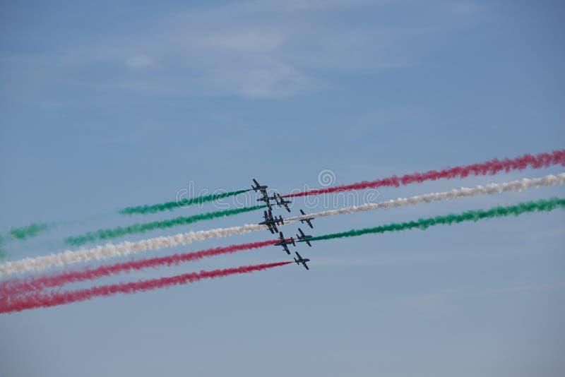 Frecce Tricolore, setas Três-coloridas em Ladispoli, Itália imagens de stock