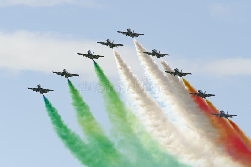 Frecce Tricolori показывая итальянский флаг стоковые фотографии rf