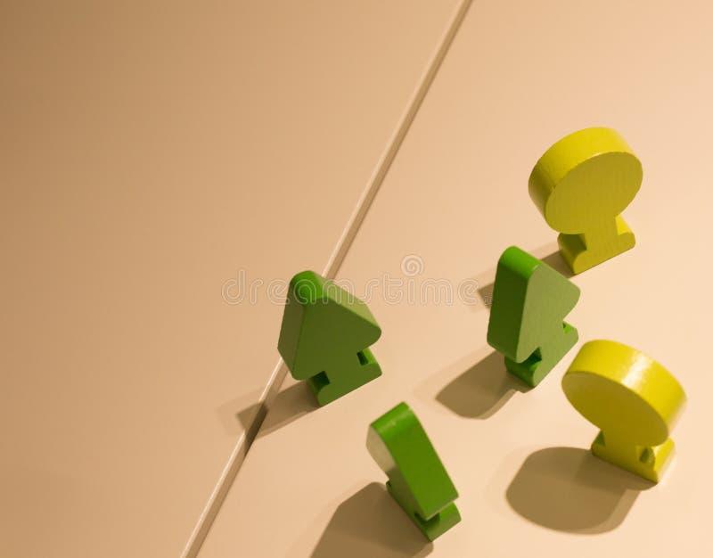 Frecce verdi e cerchi fatti di legno immagine stock