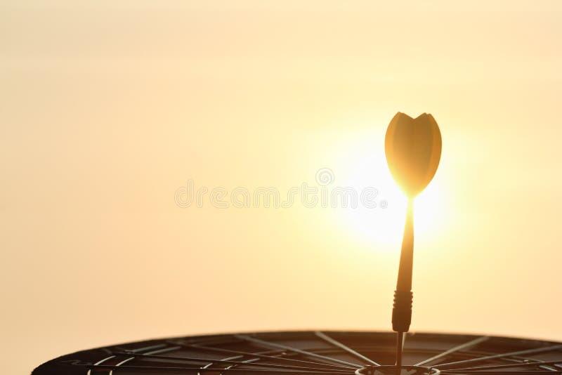 Freccia arancio che colpisce il centro dell'obiettivo del bersaglio fotografie stock