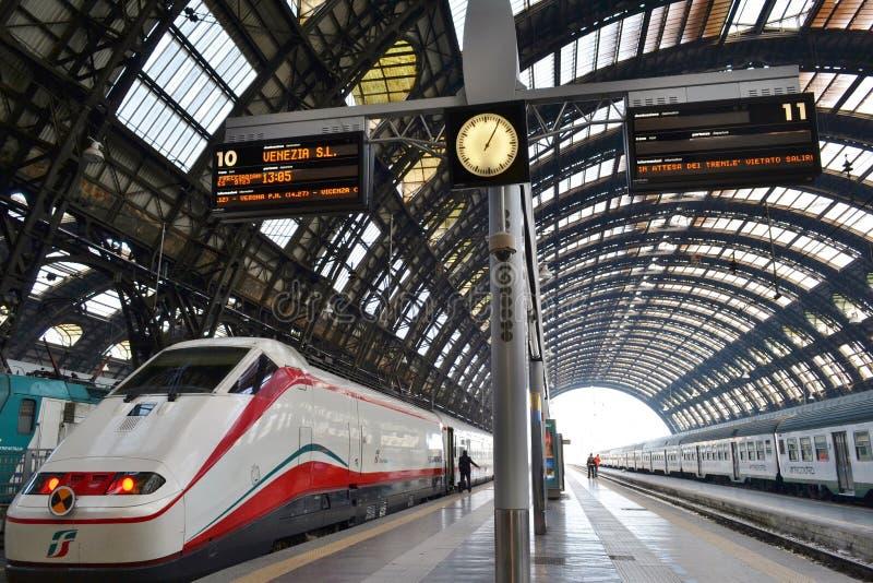 Freccia Argento - den vita pilen - det snabba drevet är klar för avvikelse till Venedig i den Milan Central järnvägsstationen royaltyfria bilder