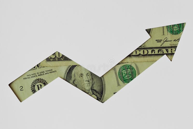 Freccia ascendente fatta delle banconote del dollaro su fondo bianco - concetto della tendenza al rialzo di valuta del dollaro immagine stock libera da diritti