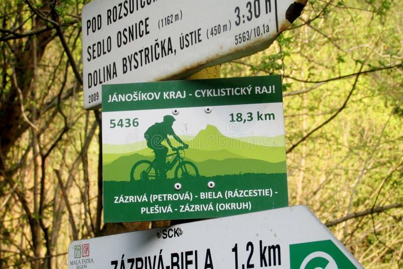 Freccia dell'indicatore di direzione per l'itinerario del bycicle in Slovacchia fotografia stock