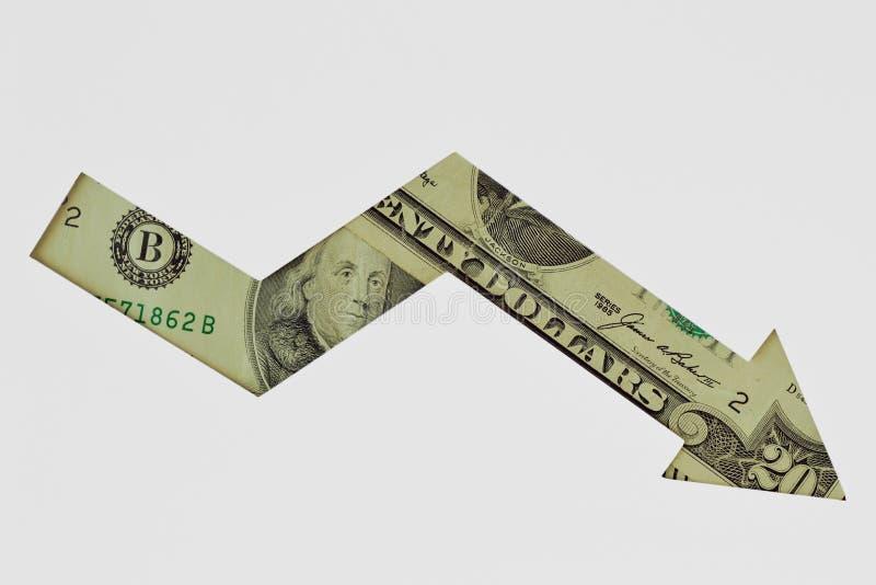 Freccia discendente fatta delle banconote del dollaro su fondo bianco - concetto della tendenza verso il basso di valuta del doll fotografia stock libera da diritti