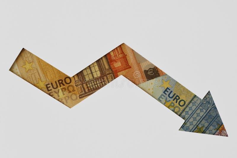 Freccia discendente fatta di euro banconote su fondo bianco - concetto della tendenza verso il basso di euro valuta immagine stock