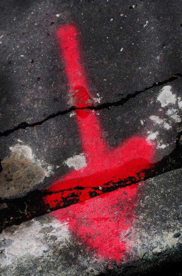 Freccia rossa dipinta su asfalto nero fotografia stock libera da diritti