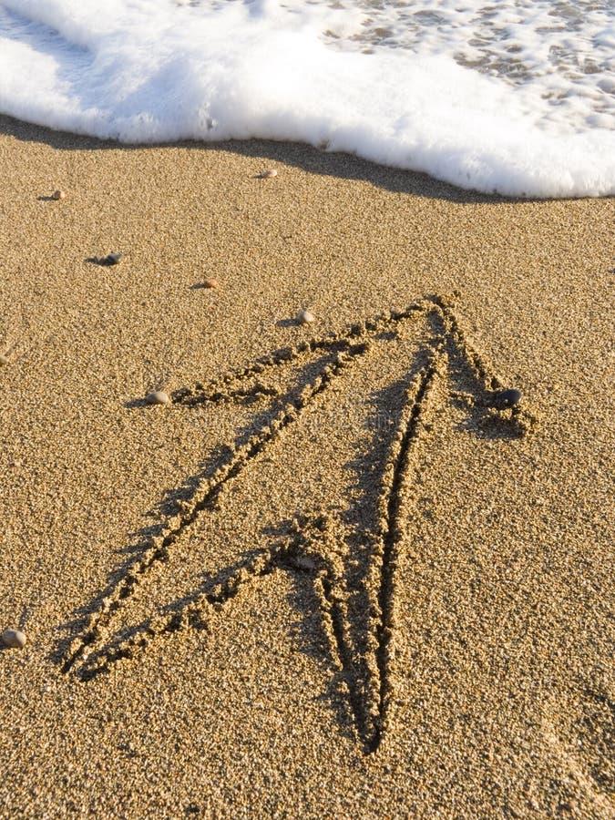 Freccia su sabbia di mare bagnata fotografie stock