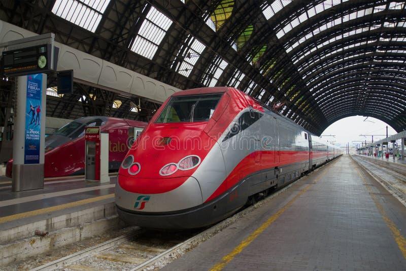 Frecciarossa snabbt drev Trenitalia på plattformen av den centrala järnvägsstationen Milan Italien arkivfoton