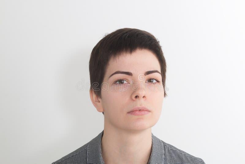 Freche Frau schaut unten Attraktiver Frauenrichter andere Hochmütige Augen auf die Oberseite Schöner Brunettefrauen-Gesichtsabsch lizenzfreies stockbild