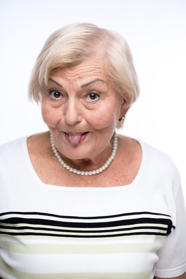 Freche Oma, die Gesichter macht stockbilder