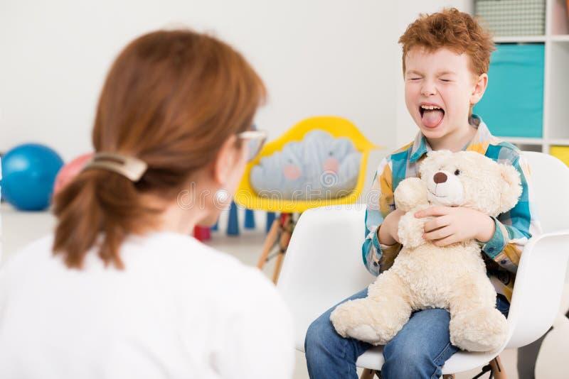 Freches Kind am Psychologen lizenzfreie stockfotos