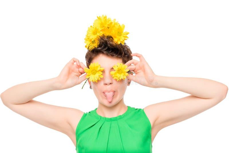 freches Mädchen des horizontalen Porträtspaßes mit Blumen lizenzfreie stockfotos