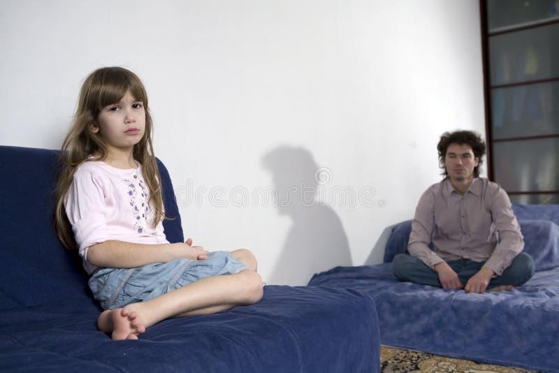 Freches schreiendes Mädchen und trauriger Vater lizenzfreie stockfotografie