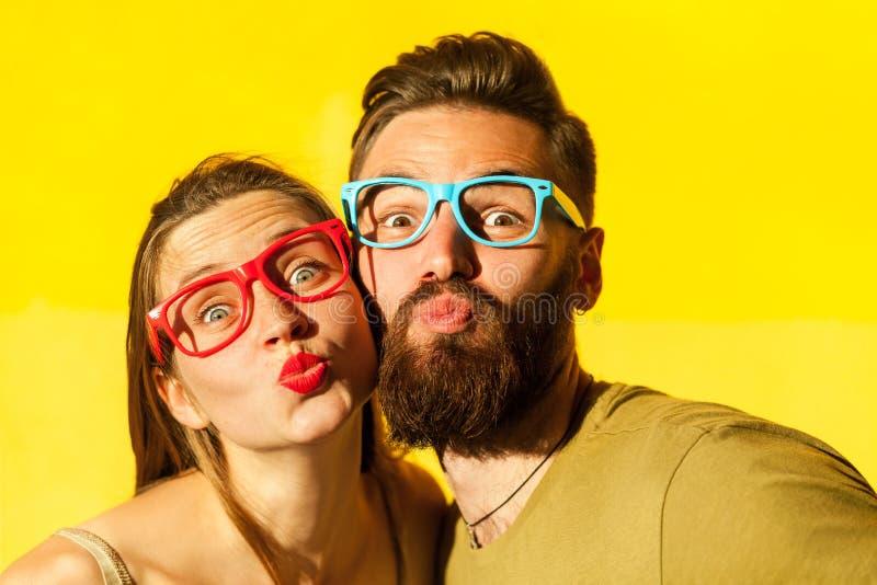 Freckled женщина, и бородатый человек посылают воздух целуя на камере стоковая фотография