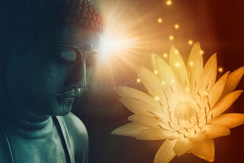 Fred buddha vänder mot klargör med guld- lotusblomma royaltyfri bild
