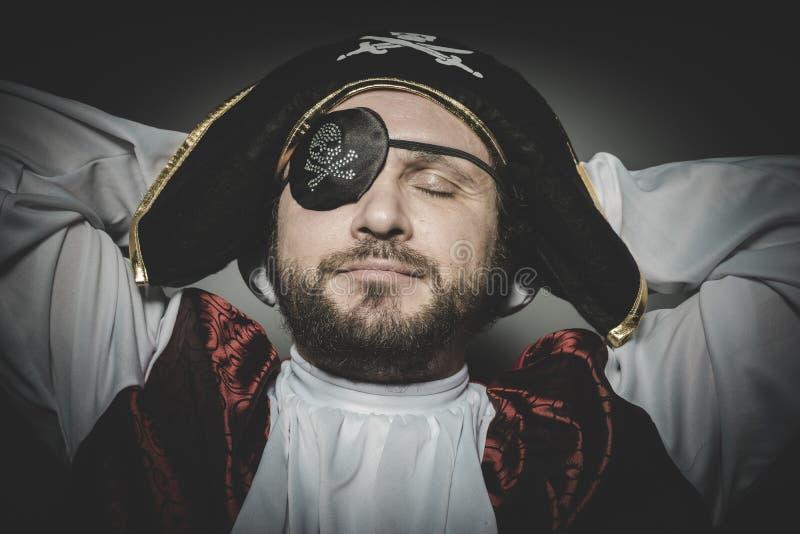 Fred man piratkopierar med ögonlappen och den gamla hatten med roliga framsidor arkivbild