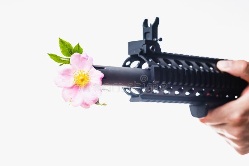 Fred och förälskelse som fördelar det Flower Power AR-15 anfallgeväret royaltyfria bilder